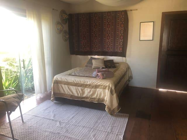 Quarto com cama de casal, ar condicionado, fechamento com paineis