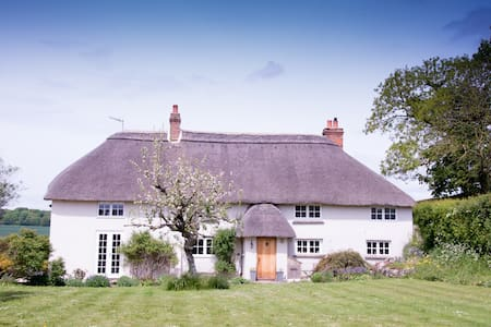 Cottage annexe near Stonehenge with hot tub use