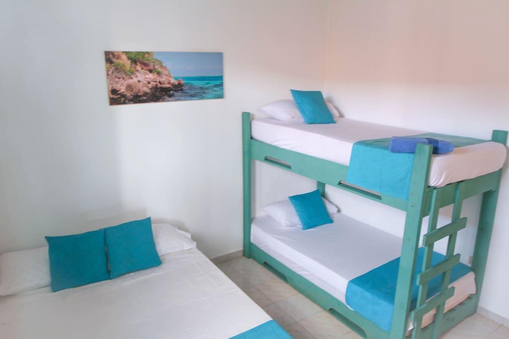 habitacion cama doble y dos sencillas