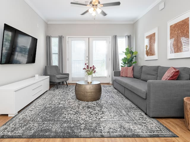 ★ WOW Party Condo Downtown w/ Pool