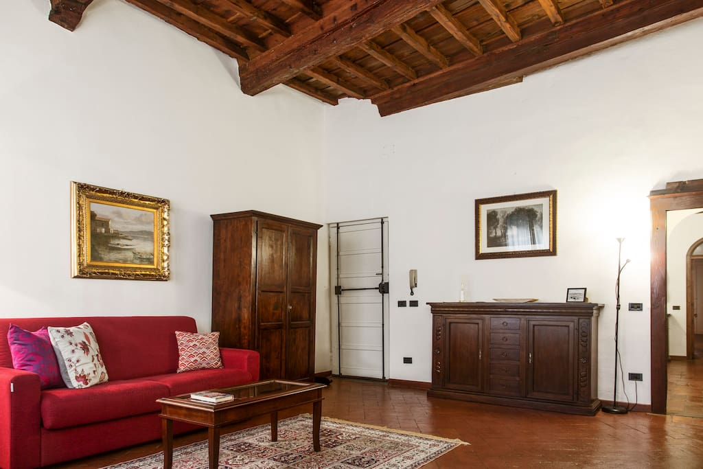 Ceilings are made of original wooden beams which have been refurbished to perfection, giving guests the feeling of living in a traditional Florentine apartment