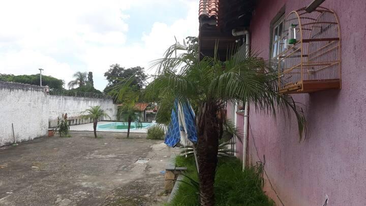 Casa com piscina e um quintal maravilhoso