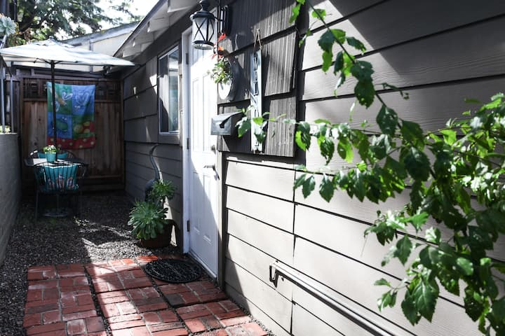 Quaint La Mesa Garden Guesthouse