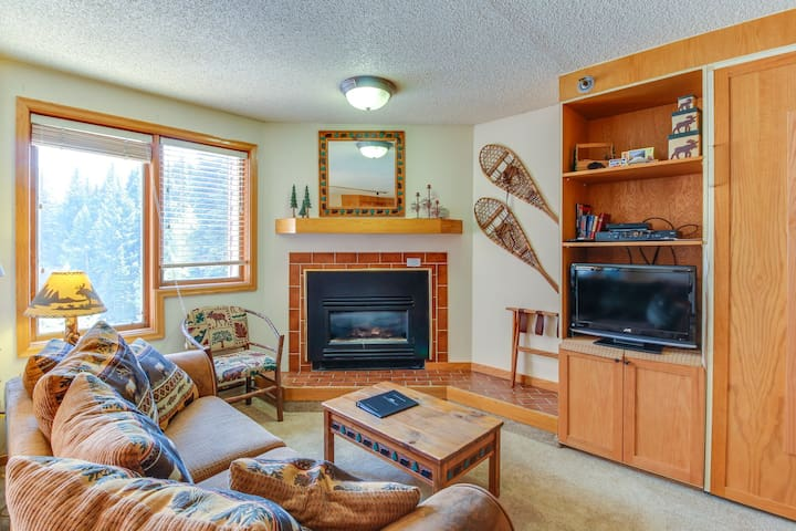 Ski-in/Ski-out studio condo w/ balcony & shared pool - year-round activities