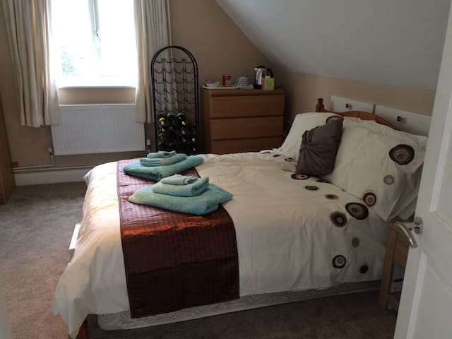 Private room, 20 mins to Gatwick or 30 to London