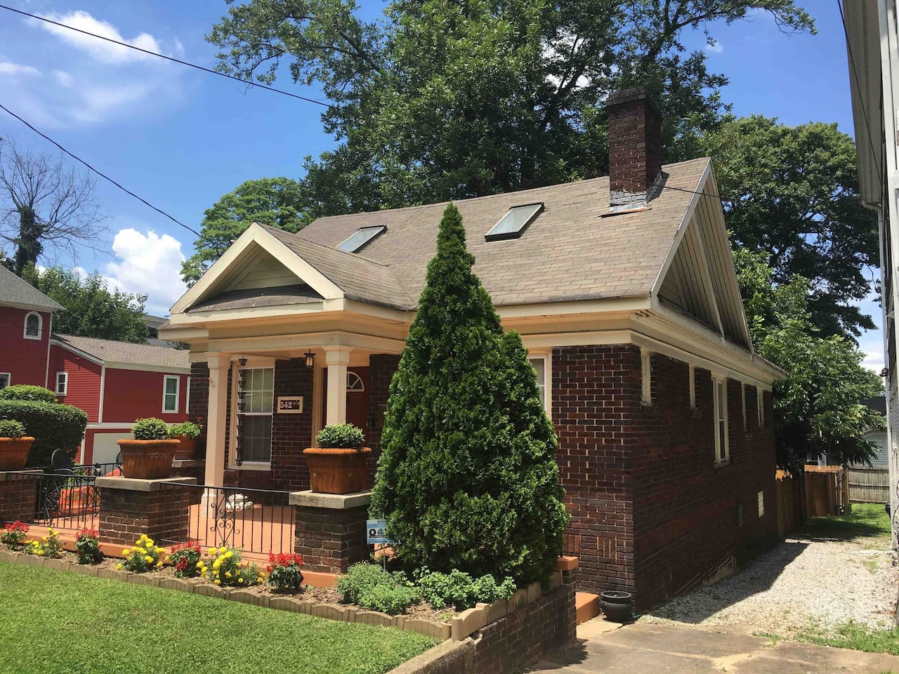 Charming urban cottage in Atlanta's hip 4th Ward neighborhood on Highland Ave. within a 30 minute walk to all of Downtown's attractions, concert and sporting event venues to the West and a 15 min. walk to the East of 30 different bars & restaurants.