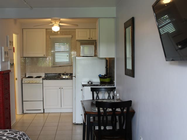 Fully equipped kitchen for culinary creations or delivery!
