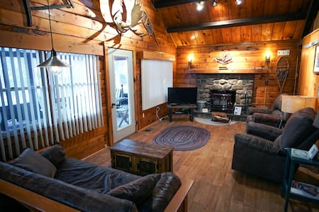 Mountain Log Cabin–K/Q Beds, New Kitchen, WiFi - Arrowhead Lake
