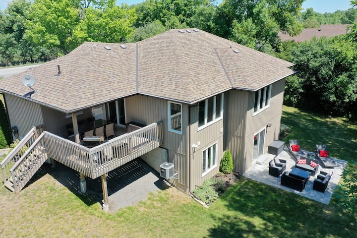 Large Cottage in PEC, Close to Wineries & Beach!