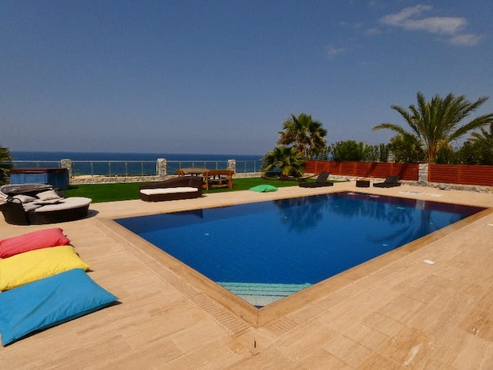 4 Bed Luxury villa beach front with massive pool
