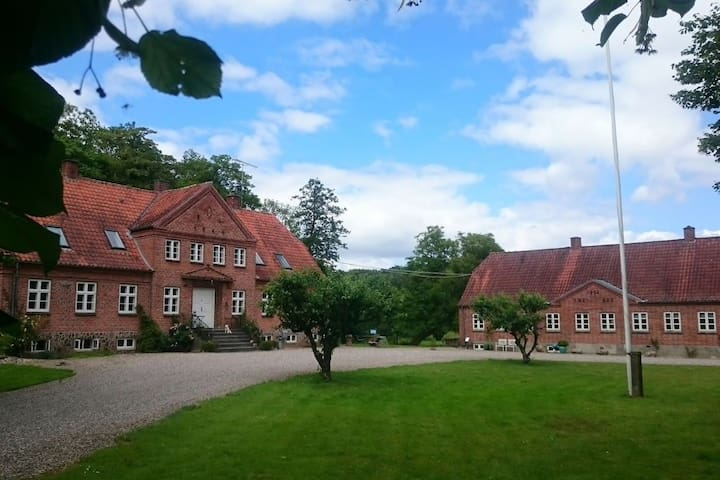 Beautiful manor-like property close to forest