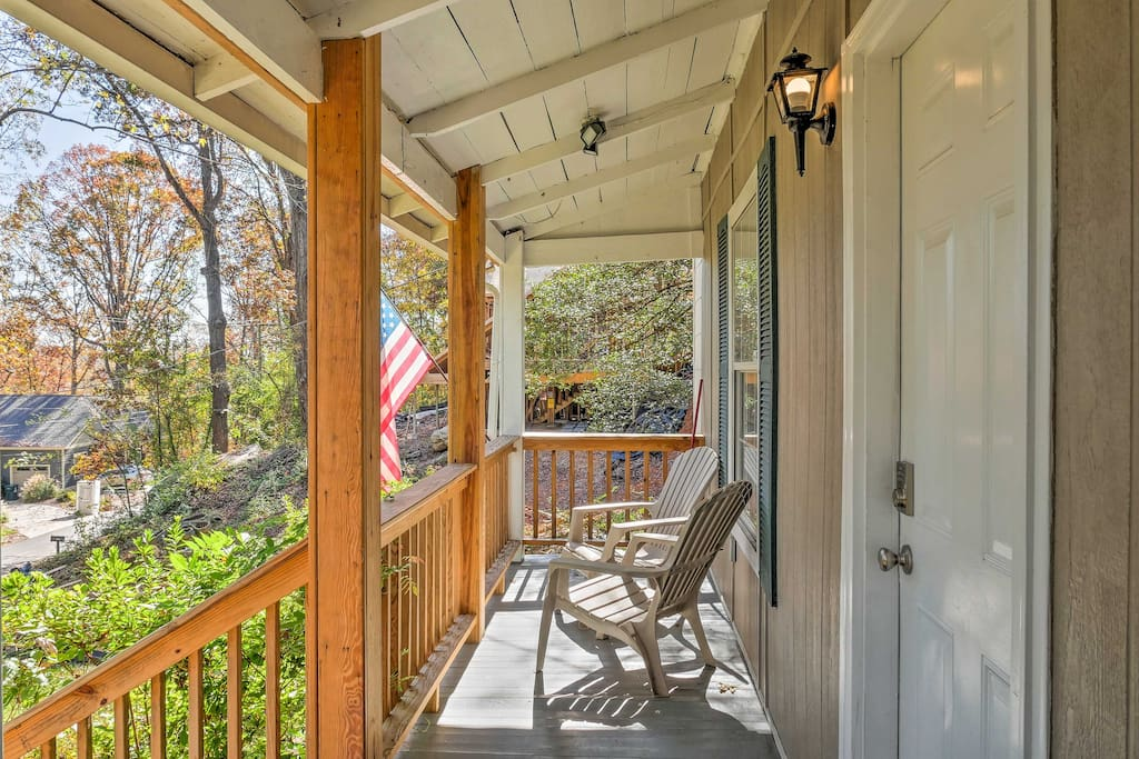 This 2-bedroom, 1.5-bathroom Chattanooga home can host 6!