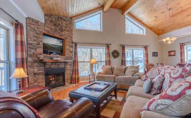 Beech Mountain House with Hot Tub and Privacy