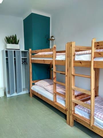 Bett in Hostel-Schlafraum