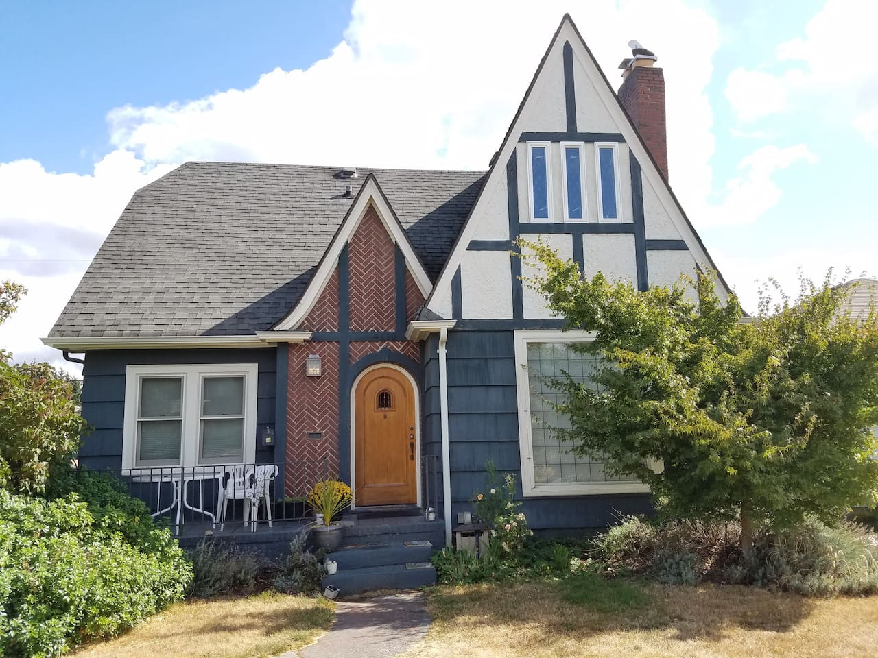 Beautiful basement apartment in walk-able Seattle neighborhood close to downtown.