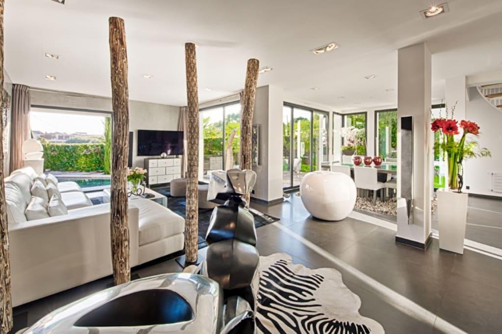 This modern villa offers generous rooms with quality features and excellent amenities Spacieuse villa contemporaine construite avec des matériaux de qualité et de très belles prestations.