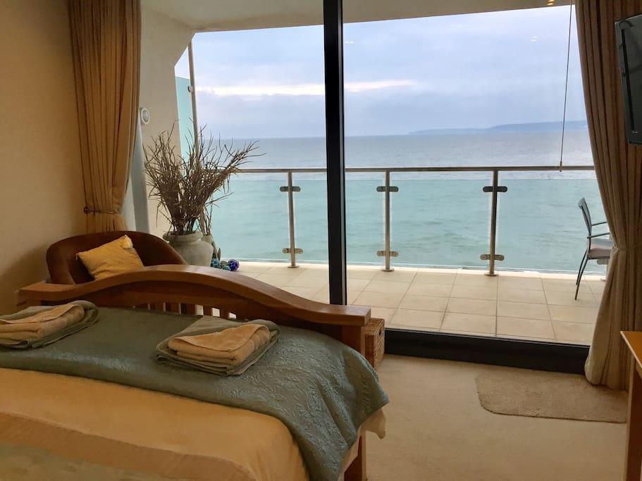 Master Bedroom Kingsize Bed Uniterupted Sea Views!!