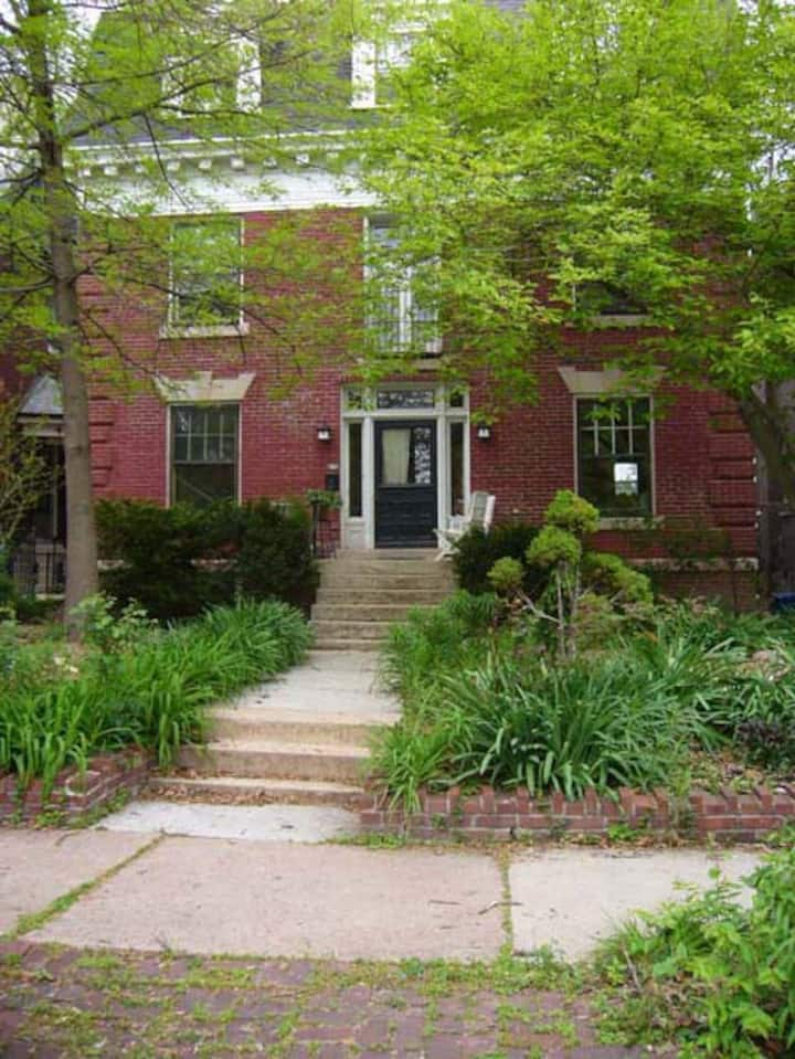 MASTER SUITE/ATTACHED BATH/HISTORIC CWE