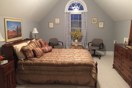 Private guest room with in-suite bathroom - Lawrenceville - Hus