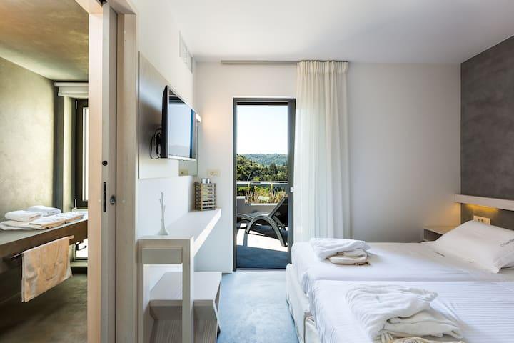 Bedroom with 2 single beds, satellite HDTV, & en suite bathroom on the 1st floor
