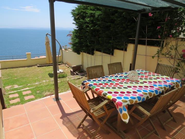6. Apartment with incredible views of the Bay of Roses with community pool.