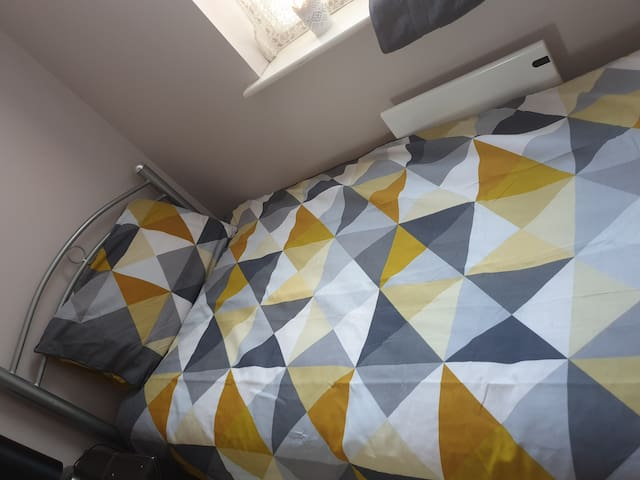 Single bedroom , Free parking , close to station