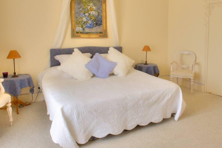 Chambre d'hôtes dans château drômois et piscine
