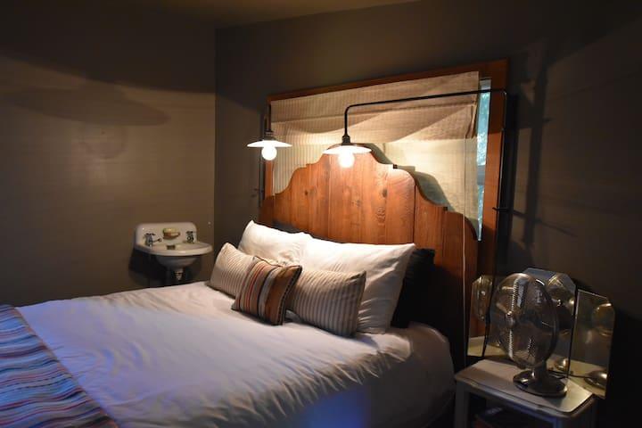 Master bedroom (1 queen sized bed)