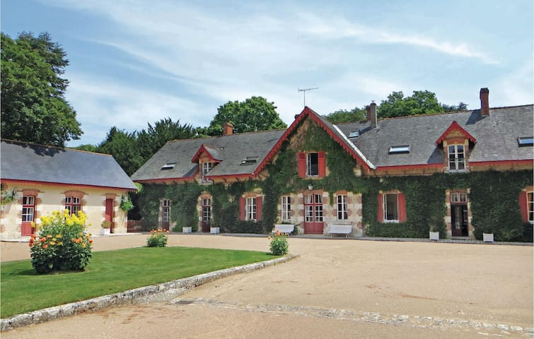 Holiday cottage with 4 bedrooms on 180 m² in Mer