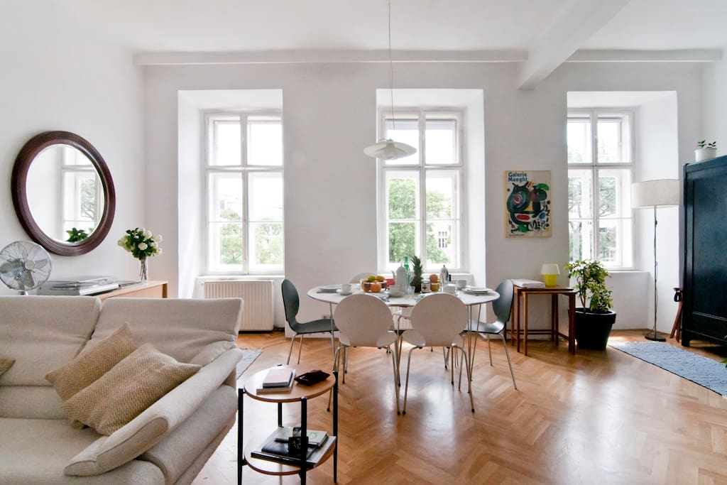 The apartment is super central, nonetheless, being tucked in a quiet street, it offers a calm nook with a far and green view out into the gardens of Vienna's University of Music and the Performing Arts.