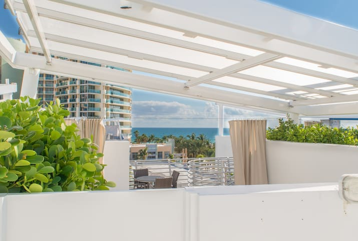 Steps to sand, Two- level PentHouse on Ocean Drive, Private Rooftop Hot Tub