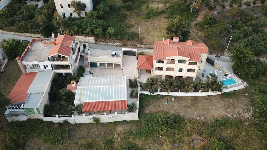 The double villa with pool is located in Krilo Jasenice and provides a place for
