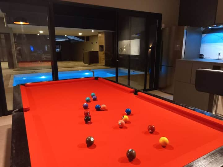 Linda casa alto padrão com piscina e mesa sinuca