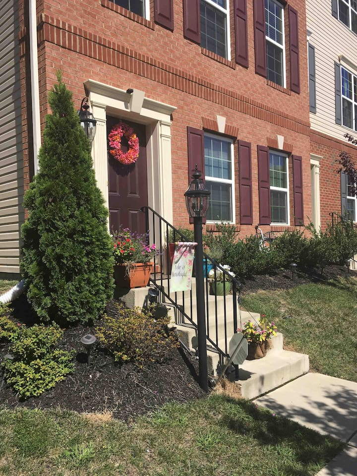 Comfortable place to stay within the Columbia Baltimore area. A newly developed area centrally located from Baltimore(15 minutes away)to Washington DC(45 min away).For a seasoned traveler to  short stay visitors, &  not to mention last minute changes