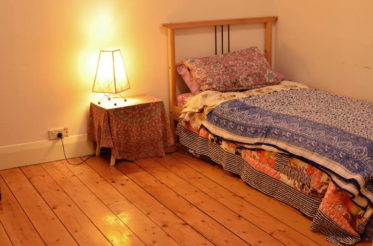 Cute private room with central heating, external roller blind, built in robe and all the charm a sharehouse brings!