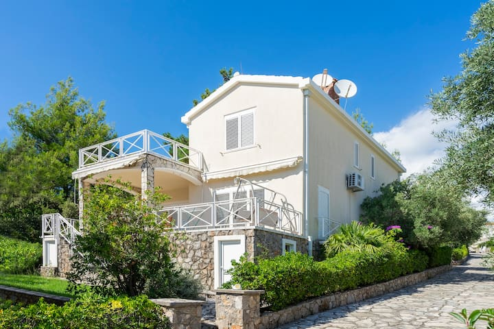 VILLA 3 bedrooms and guest house! POOL. Bigovo.