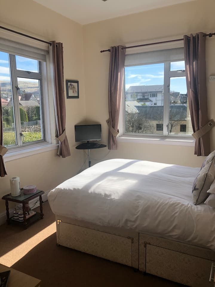 Bright double room with bath/shower