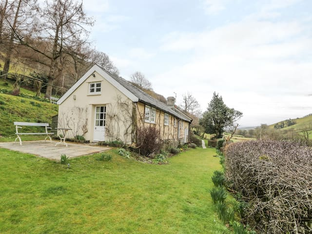 DOLGENAU HIR (THE BARN), pet friendly in Trefeglwys, Ref 965288