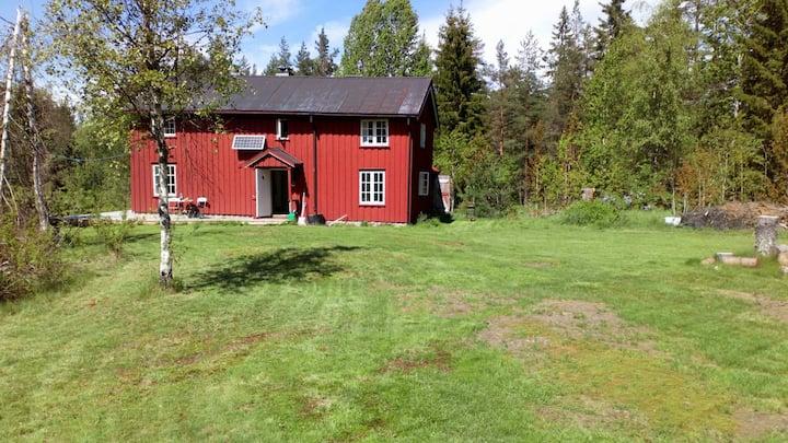 Gammelt og sjarmerende tømmerhus på Sørlandet