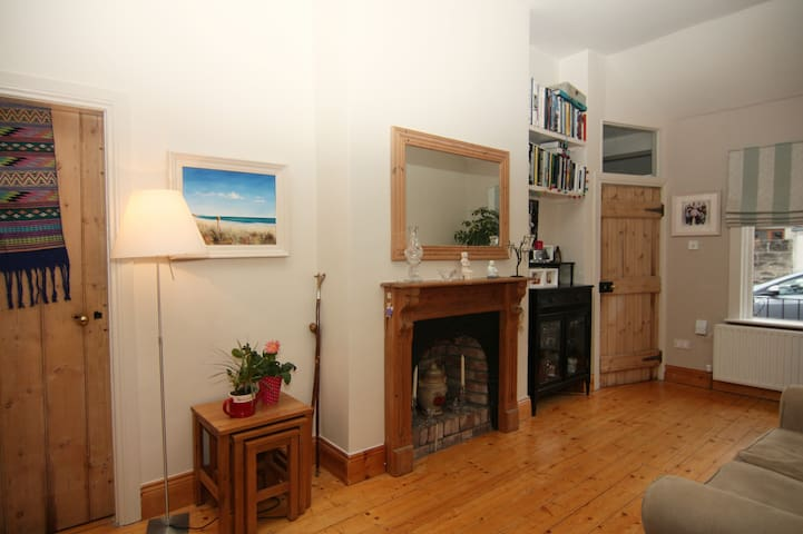 Double Room in Central Location/private bathroom - Irishtown - House