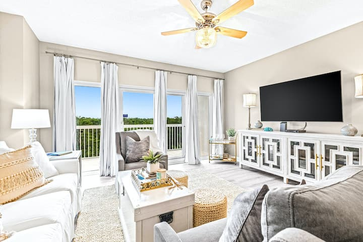 Gorgeous Gulf Front Condo w/ Shared Pools, Hot Tub, Free WiFi, & a Washer/Dryer