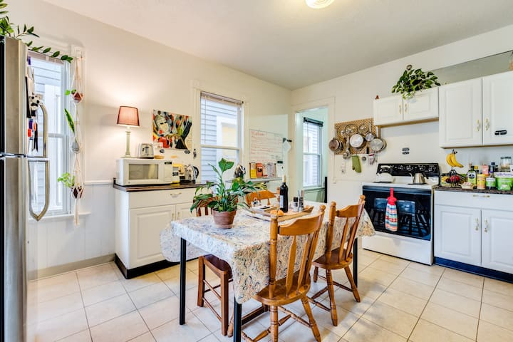 Fully-stocked kitchen with everything you need!