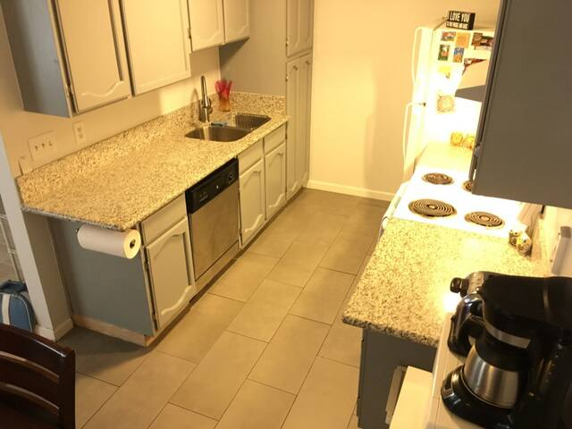 Clean, Spacious Condo Close to The Strip & Airport