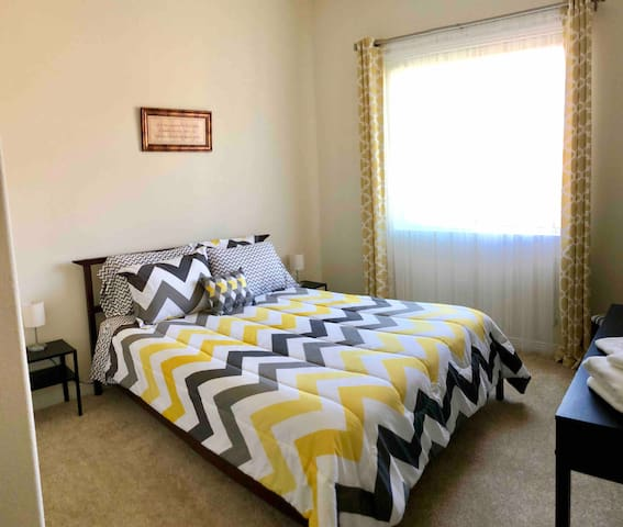 Charming private bedroom 8 minutes to Disneyland