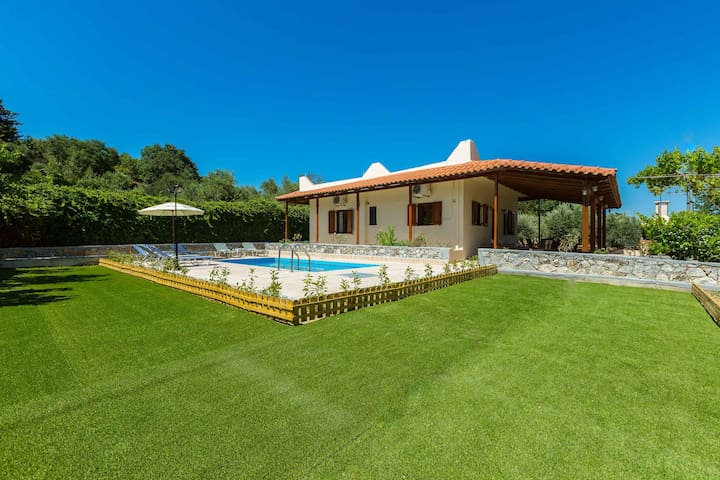 Gorgeous villa with pool & gardens - Agios Ioannis