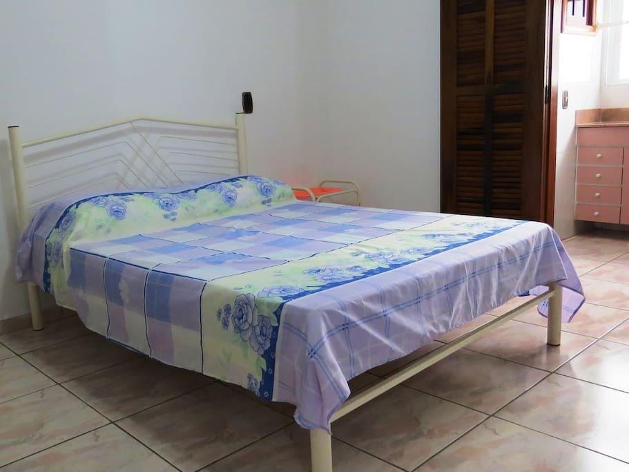 Quarto com cama de casal ( suíte )