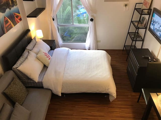 Budget-friendly, clean studio 10 mins from airport