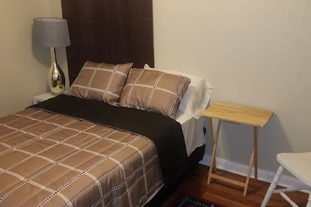 Maplewood Hideaway-Brown Room