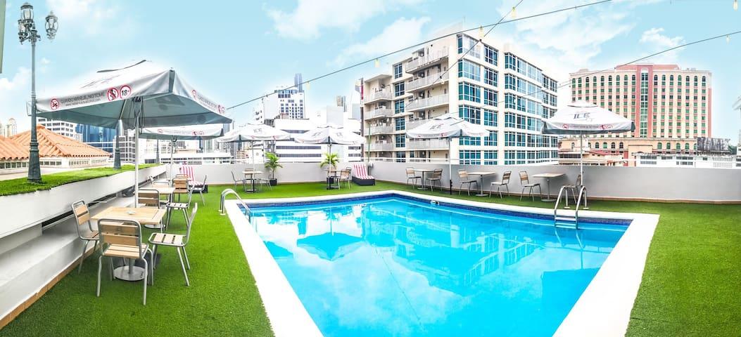 Habitacion con terraza y vista a la ciudad