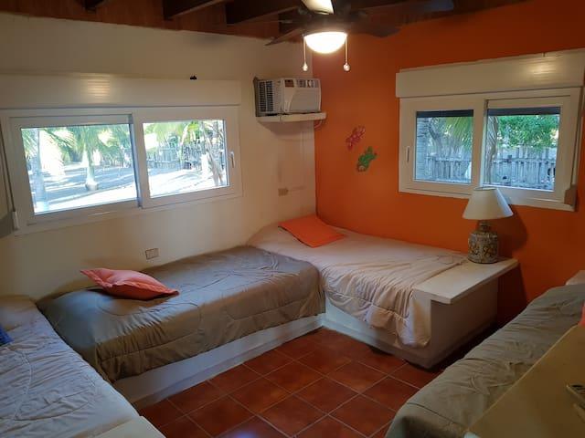 Habitacion 3, en primer nivel. Cuatro camas individuales.